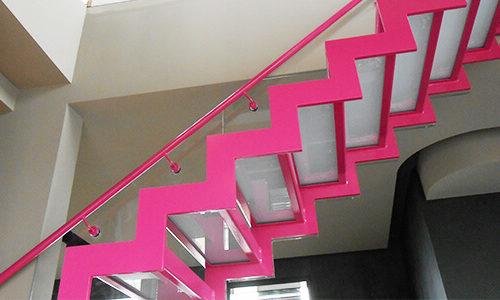 Pink lackierte Treppe