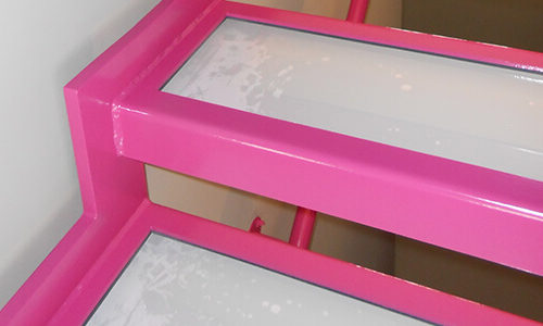 Nahaufnahme pink lackierte Treppe
