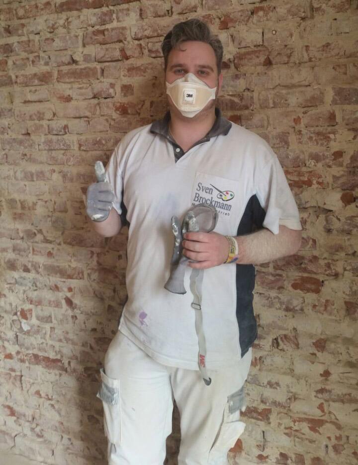 Mitarbeiter von Malereibetrieb Sven Brockmann mit Atemschutzmaske während einer Schimmelsanierung