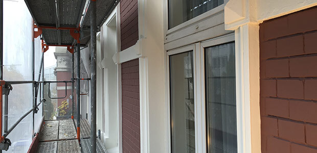 Blick in Gerüst an Hauswand während einer Fassadenrenovierung