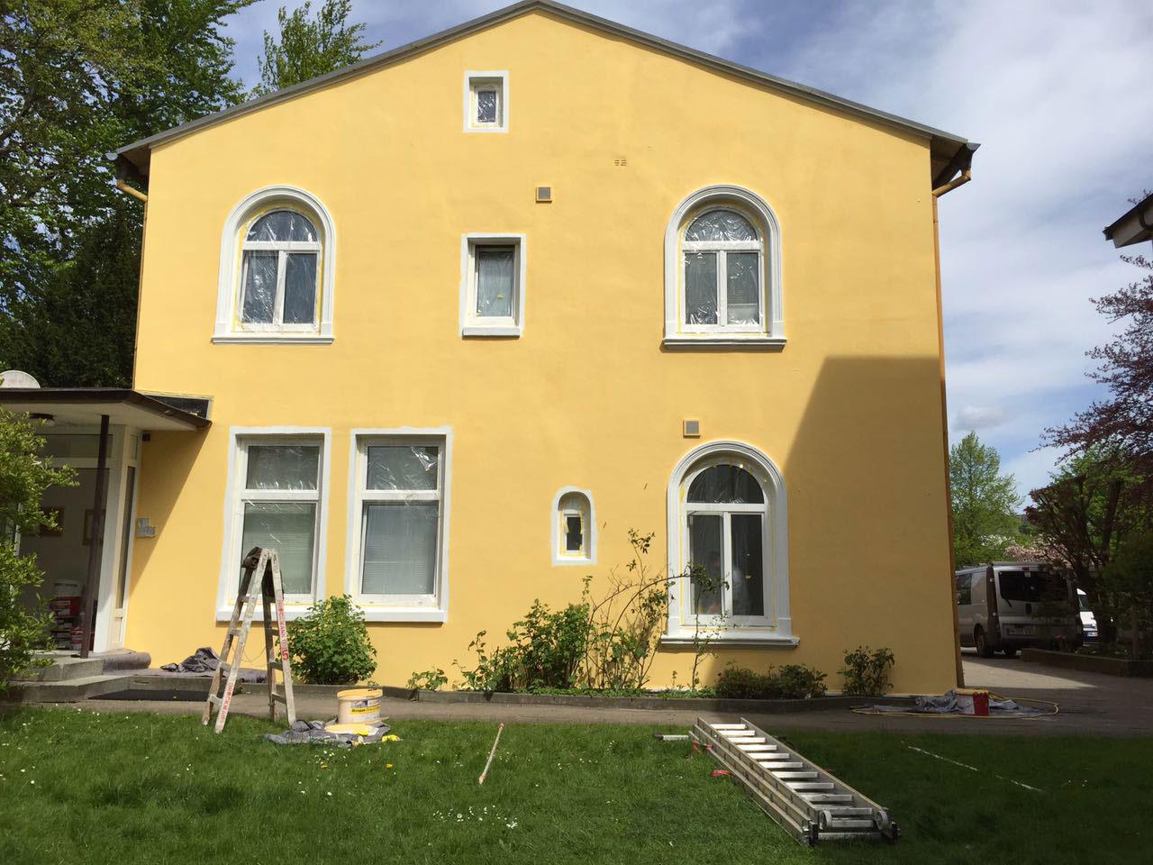 Gelbe Fassade eine Wohnhauses nach Fassadenrenovierung