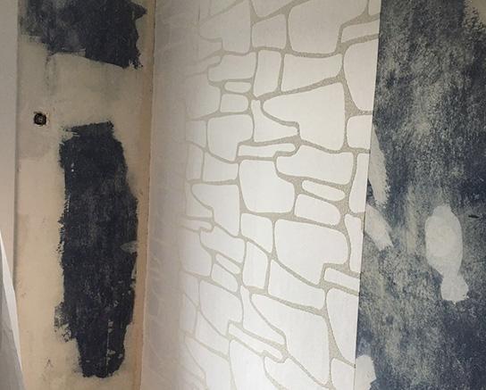 Teilweise frisch tapezierte Wand