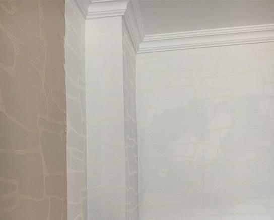 Weiß und braun-beige gemusterte Tapete