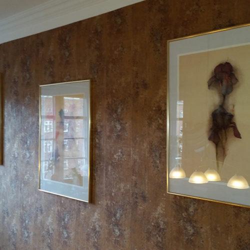 Voherbild einer Wand mit brauner gemusteter Tapete
