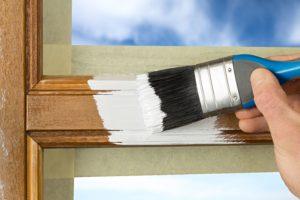Holzfensterrahmen wird gestrichen