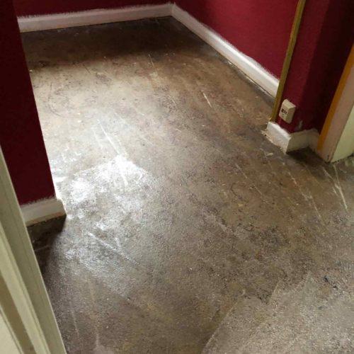 Boden im Flur während der Renovierungsarbeiten