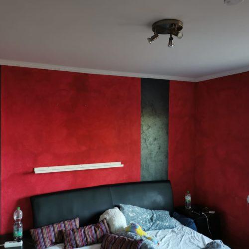 Vorherbild eines rot gestrichenen Schlafzimmers mit Blick auf Bett