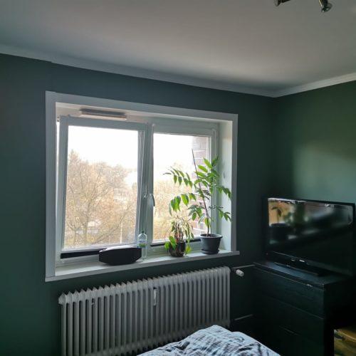 Nachherbild eines dunkelgrün gestrichenes Schlafzimmer mit Blick auf Fenster