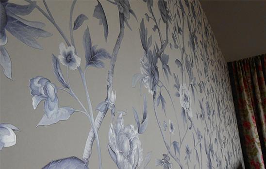 Verschnörkelte Blumenmustertapete in silber