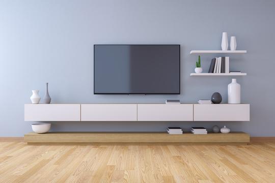 moderne Fernsehwand mit hellgrauer Wandfarbe und weissen Möbeln