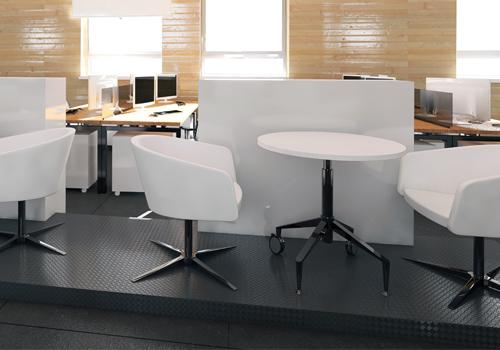Lasurtechnik Wände mit Tischen und Stühlen davor